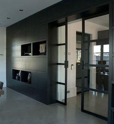 zwart houten kastenwand