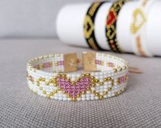 Gifts from Seed Beads por VatArt Bead Loom Bracelets, Beaded Bracelet Patterns, Jewelry Bracelets, Bead Loom Designs, Gold Heart Bracelet, Beaded Crafts, Valentines Gifts For Her, Bracelet Tutorial, Loom Beading