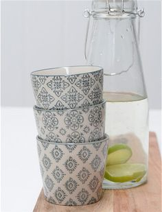 Der graue Becher von IB Laursen mit dem marokkanischen Mustern lässt sich prima mit anderen Keramikteilen ergänzen. Jetzt neu bei car-Möbel!