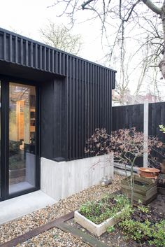 Eckford Chong adds blackened-timber garden studio to refurbished London house - Dr Wong - Emporium of Tings. Detail Architecture, Pavilion Architecture, Sustainable Architecture, Residential Architecture, Interior Architecture, Modern Architecture House, Timber Cladding, Exterior Cladding, Pavilion Design