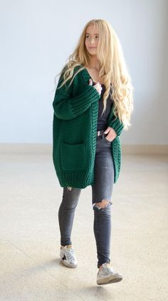 37 ideas for knitting cardigan outfit spring Chunky Cardigan Outfit, Cardigan Outfits, Oversized Cardigan, Cardigan Fashion, Street Style Outfits, Spring Fashion Outfits, Looks Pinterest, Crochet Cardigan Pattern, Knitted Coat