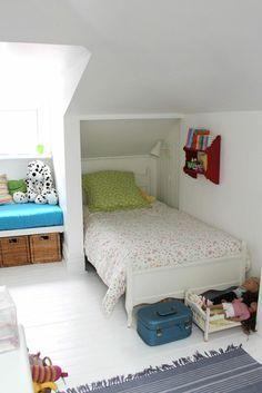 aménagement de combles, chambre d'enfant sous pente, murs blancs, sol en parquette blanche, tapis bleu