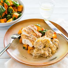 Pan-Roasted Chicken with Caramelised Vegetables and Mushroom Sauce Healthy Chicken Recipes, Veggie Recipes, Dinner Recipes, Mushroom Sauce, Roasting Pan, Roasted Chicken, I Foods, Food Inspiration, Stuffed Mushrooms