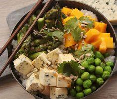 La bowl food c'est La tendance actuelle. On entend partout parler de Buddha bowl, de Smoothie bowl, de Breakfast bowl ou encore de Poke bowl. L'avantage de la bowl food, c'est que chacun compose son bol complet avec des légumes, de la viande ou du poisson et des féculents selon ses envies. C'est sain, équilibré,... Poke Bowl, Crudite, Cobb Salad, Potato Salad, Sandwiches, Potatoes, Lunch, Vegan, Ethnic Recipes