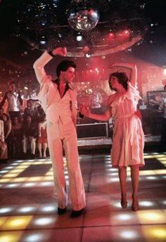 Saturday Night Fever with John Travolta (Tony Manero) & Karen Lynn Gorney (Stephanie). Brings back my disco memories from high school in 1977 :)) John Travolta, Disco Party, Disco Ball, Disco Disco, 1970s Disco, Disco Club, 70s Party, Robert Redford, Shall We Dance