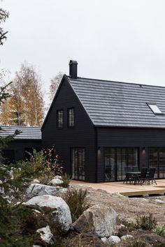 20 Inspiring Dark Exterior Homes Black House Exterior, Exterior Siding, Exterior House Colors, Exterior Design, Exterior Homes, Wood Siding, Dark House, Modern Farmhouse Exterior, Contemporary Architecture