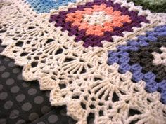 New crochet afghan edging patterns i love the crochet edging on this granny square afghan blanket. it makes a nice change from the usual scallop or picot borders.link to free pattern MMHARHM - Crochet and Knit Crochet Boarders, Crochet Blanket Edging, Crochet Edging Patterns, Crochet Motifs, Crochet Squares, Crochet Granny, Granny Squares, Afghan Crochet, Crochet Stitches