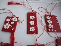 Martisoare lucrate manual: floricele rosu cu alb - http://martisorul.wordpress.com