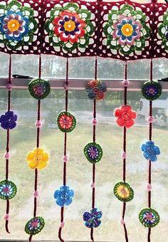 Use formas e cores diferentes na sua cortina Creative knitting ideas models . - Use formas e cores diferentes na sua cortina Creative knitting ideas models Great knitting kn - Crochet Kitchen, Crochet Home, Cute Crochet, Vintage Crochet, Crochet Yarn, Crochet Headband Pattern, Crochet Flower Patterns, Creative Knitting, Crochet Curtains