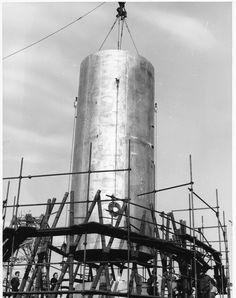 """Genova, cantieri Ansaldo. Costruzione del """"supetransatlantico"""" Michelangelo / The building of SS Michelangelo in Genoa (Photo: Svicher, 1960-1962)"""