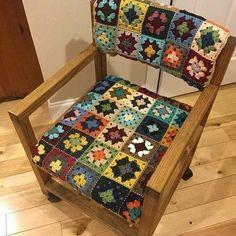 A imagem pode conter: área interna Diy Pillow Covers, Diy Pillows, Couch Pillows, Cushion Covers, Crochet Pillow Pattern, Crochet Cushions, Crochet Patterns, Crochet Squares, Crochet Granny