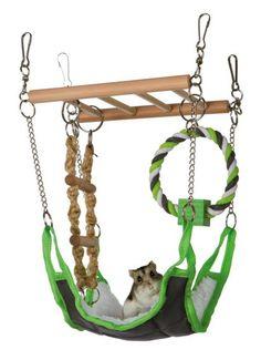 Rolig hängbro med mysig hängmatta.