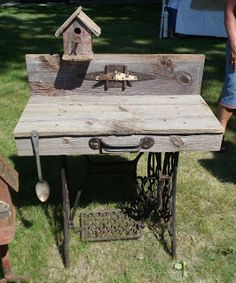 potting bench from repurposed sewing machine legs Sewing Machine Tables, Treadle Sewing Machines, Antique Sewing Machines, Singer Sewing Tables, Singer Table, Deco Luminaire, Potting Tables, Old Barn Wood, Potting Sheds