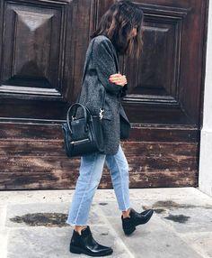 Blazer long gris chiné + jean droit coupé court + low boots = le bon mix (instagram Débora Rosa)
