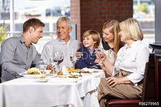 Familie beim Lunch im Restaurant