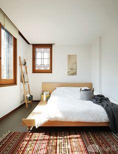 한옥은 '한국인의 가옥'의 줄임말일 뿐, 전통 창호와 대청마루가 있는 집만을 의미하지 않는다. 1900년대 초기의 도시 한옥과 후기의 양옥 역시 한옥이다. 1970년대의 한국식 양옥을 개조해 만든 '서울방학'은 우리네 멋을 새로운 시선으로 바라보게 한다 . Asian Interior, Interior And Exterior, Minimal Bedroom, Interior Decorating, Bathroom Interior Design, Traditional House, Interior Inspiration, Home Furniture, Living Spaces