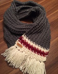 The base type of wool fringe scarf you will protect from the cold as well as give a look both comfortable and unique. As the scarf measures 1 m we can do two laps to be warm. Loom Knitting, Knitting Socks, Knitted Hats, Knitting Patterns, Crochet Patterns, Crochet Quilt, Crochet Cross, Knit Crochet, Crochet Hats