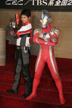新ヒーローのウルトラマンマックス(右)と青山草太隊員(東京・有楽町の朝日ホール)