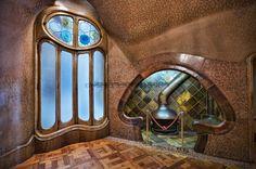 La sala de la chimenea. El hogar y su chimenea  han sido integrados en el interior de la pared.  El techo está igualmente formado por superficies curvas, decorado en tonos cálidos que imita un mosaico.
