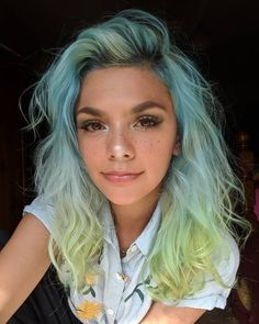 The ombre hair trend has been seducing for some seasons now. More discreet than tie and dye, less classic than sweeping, this new technique of hair. Hair Dye Colors, Ombre Hair Color, Cool Hair Color, Long Curly Hair, Curly Hair Styles, Arctic Fox Haarfarbe, Pelo Multicolor, Arctic Fox Hair Color, Aesthetic Hair