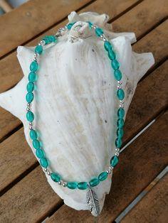 """Auf dieser 38cm langen Kinder Halskette """"Laura"""" wurden ovale, türkisfarbene Glasperlen zusammen mit kleinen silberfarbenen Acrylperlen aufgereiht. Als Anhänger wurde ein indianischer Federanhänger verwendet. Turquoise Necklace, Jewelry, Fashion, Glass Beads, Pearl Jewelry, Silver, Moda, Jewlery, Jewerly"""