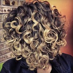 To have beautiful curls in good shape, your hair must be well hydrated to keep all their punch. You want to know the implacable theorem and the secret of the gods: Naturally curly hair is necessarily very well hydrated. Haircuts For Curly Hair, Curly Hair Tips, Short Curly Hair, Ombre Curly Hair, Long Hair, Perms For Short Hair, Naturally Curly Haircuts, Spiral Perm Short Hair, Curly Bob