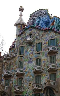 prentje in Barcelona, deel Gaudí Antoni Gaudi, Holiday Places, Barcelona Spain, Pathways, Architecture, City Photo, Mansions, Fences, House Styles