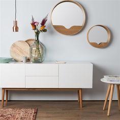 Ooit aan een dressoir gedacht? Het design van de Zuiver High On Wood Dressoir is strak en vrij minimalistisch. Juist daardoor komen je favoriete accessoires zo goed tot hun recht. Achter de deurtjes schuif je alles wat je graag uit het zicht hebt!