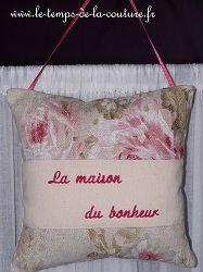 """COUSSIN de PORTE - forme carrée - Tons de beige écru, rose et vert avec broderie """"La maison du bonheur"""""""