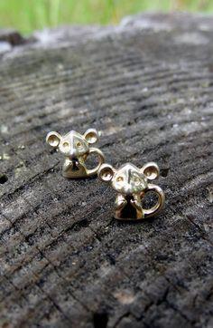 Par de pequeños aros dorados con figura de tiernos ratoncitos
