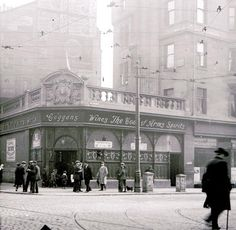 Coggans' Bar in the Saltmarket, during the First World War, Glasgow, Scotland. James Coggans' Coat of Arms Bar at 11 Saltmarket opened in 1909. It was one of the most up-to-date pubs in Glasgow and even had hot running water on tap in the lavatory!