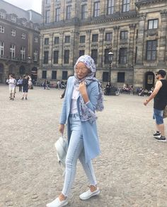 Hijab with white sneakers-Modern and fashionable hijab outfits – Just Trendy Girls Street Hijab Fashion, Denim Fashion, Fashion Outfits, Ootd Fashion, Casual Hijab Outfit, Hijab Chic, Hijabs, Hijab Style Tutorial, Modele Hijab