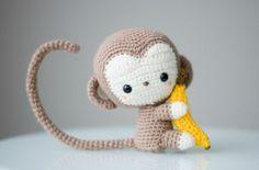 Un monisímo mono con plátano incluido, tejido en amigurumi. Patrón gratis y en español con el paso a paso.