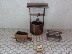 Kit para decoração miniaturas de jardim: poço, carriola, banco e ninho. <br>As peças tem as seguintes dimensões: <br>Banco: 7 x 5 x 13 cm <br>Carriola: 7 x 6 x 17 cm <br>Poço: 30 x 18 x 14 cm <br>Ninho: 5 x 4 x3 cm
