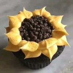 Sunflower cupcake how-to video Cupcake Decorating Tips, Cake Decorating Frosting, Cookie Decorating, Frosting Tips, Cupcake Recipes, Cupcake Cakes, Dessert Recipes, Car Cakes, Sunflower Cupcakes