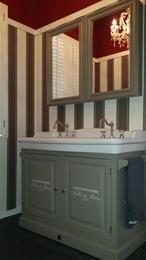 Colonial landelijk badkamer meubel met porselein wastafel.  Spiegelkast met spiegel aan binnen en buitenzijde van de deur.  Handige handdoek stang aan beide zijkanten van het meubel.  mogelijk in 40 verschillende kleur afwerkingen.  Hier met klassieke 3 gats wastafel mengkraan    Van Heck badkamers experience store Wommelgem