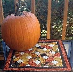 easy and quick idea for a fall table topper or wall hanging Quilted Table Toppers, Quilted Table Runners, Halloween Quilts, Fall Quilts, Sewing Table, Fall Table, Mug Rugs, Quilt Making, Wall Hangings