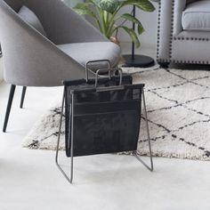 Geta, un bonito revistero de metal y textil de red, para mantener todas tus revistas ordenadas al mismo tiempo que consigues un bonita decoración para tu salón.
