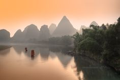 Li river ( Li Jiang) is well known today in the part between Guilin and Yangshuo. Here, it crosses karst formations mountains which is a high place for Chinese painting and photography today.  In recent years the tourism boom has makes disappear most wild places. Photographic spots are now counting on the fingers. But with a little luck you can still find some very nice compositions.  Photograph taken from Li river Bridge in Yangshuo.  漓江水质清澈,两岸风光秀丽,以桂林至阳朔段为佳,是国家重点风景名胜区 这张照片是从桥上阳朔漓江