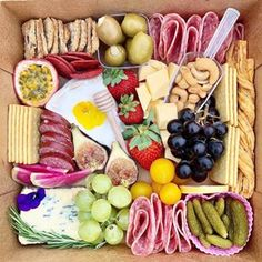 8 Healthy Wraps for Lunch - MOMables® - Good Food. Plan on it! Charcuterie Gift Box, Charcuterie Recipes, Charcuterie And Cheese Board, Charcuterie Platter, Amazing Food Platters, Party Food Platters, Breakfast Basket, Breakfast Platter, Wrap Recipes