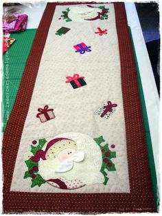 Centro de mesa Christmas Applique, Christmas Sewing, Diy Christmas Ornaments, Christmas Art, Christmas Decorations, Table Runner And Placemats, Quilted Table Runners, Skinny Quilts, Christmas Runner