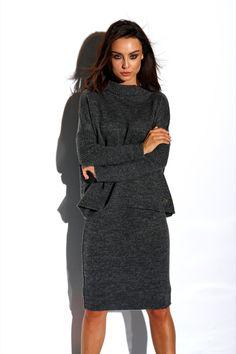 Compleu tricotat cu fusta gri-inchis compus din bluza supradimensionata la baza gatului cu maneci lungi si fusta dreapta cu lungime medie. Peplum Dress, Cold Shoulder Dress, High Neck Dress, Costume, Dresses, Fashion, Turtleneck Dress, Vestidos, Moda