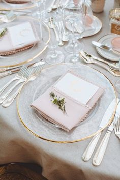 Wedding tables cape, Gold rimmed clear glass chargers, Graydon Hall Manor | Mango Studios