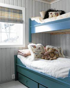 Chalet in Norway Beach House Bedroom, Home Bedroom, Kids Bedroom, Bedroom Decor, Built In Bunks, Bunk Rooms, Bunk Beds, Shared Rooms, Paint Colors For Living Room
