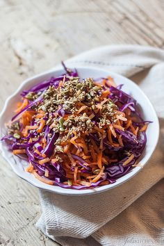 Insalata invernale: carote,cavolo viola,orzo,favette ed un filo d'olivo d'oliva.