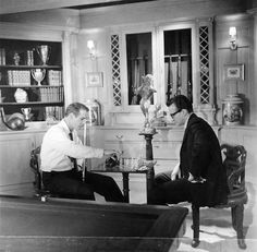 Paul Newman plays chess with George C. Scott on the set of The Hustler, directed by Robert Rossen. Vevey, Charlie Chaplin, Hollywood Party, Classic Hollywood, Famous Men, Famous People, Charles Spencer Chaplin, Dynamic Duos, Religion