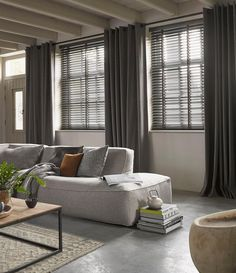 Venetian blinds and linen curtains Home Living Room, Living Room Decor, Living Spaces, Room Interior, Interior Design, Curtains With Blinds, Linen Curtains, Interior Inspiration, New Homes