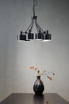 Taklampe av mattsvart metall med åtte lampekupler, som hver har en lyspære. KENSINGTON er stor og praktfull, og gir rommet en moderne attityde. Lampekuplene er hvite på innsiden, noe som sprer et fint lys. Oppheng med svart metallenke, 70 cm lang. Svart ledning 1,5 m. Lyspærer medfølger ikke. Takkontakt inngår ikke pga. nye EU-regler. Den kan kjøpes separat, og heter THE ROOF takkontakt.Materiale: Metall.Størrelse: Høyde 40 cm, Ø 60 cm. Lampekuppel høyde 10 cm, Ø 13 cm.Sokkel/pære: 6 stk… My House, Ceiling Lights, Lighting, Dining Room, Home Decor, Lily, Modern, Metal, Dinner Room