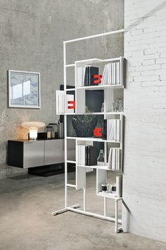 Dama design Ronda Design. Double sided bookcase made of a coated metalv structure and L shelves from the Magnetika line. #freestanding #metal #bookcase #magnetika #magnet