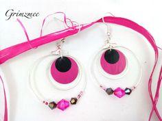 Les créoles sont composées de deux anneaux et d'un sequin rose et noir. Les anneaux sont assortis de perles toupies roses et noires et de perles de rocailles rose. Le sequin v - 18124220